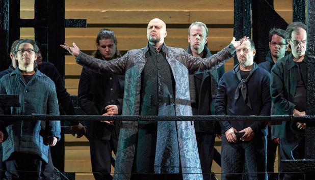 Titulnú úlohu Ivana Chovanského spieva Dmitrij Beloselskij, ktorý svojim presvedčivým výkonom vystriedal Feruccia Furlanetta.