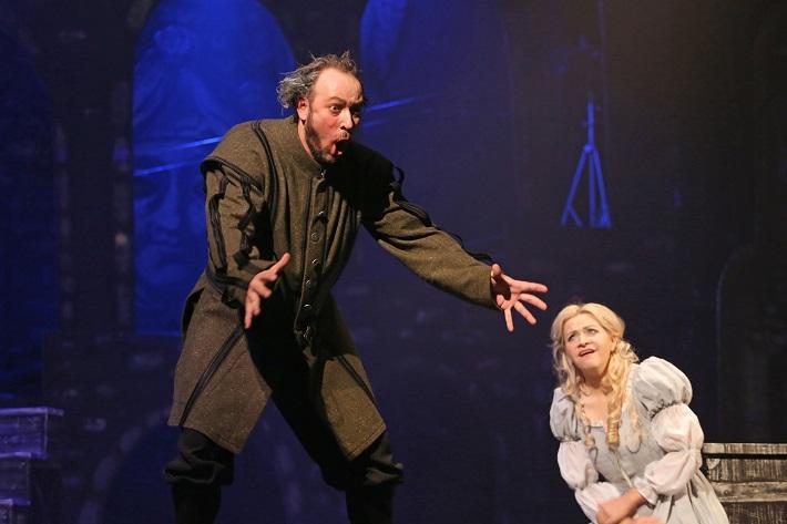 Giuseppe Verdi: Rigoletto, Štátna opera Banská Bystrica, 2015, Martin Popovič (Rigoletto), Katarína Procházková (Gilda), foto: Jozef Lomnický