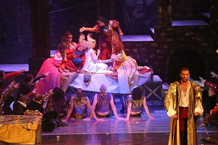 Giuseppe Verdi: Rigoletto, Štátna opera Banská Bystrica, 2015, Katarína Procházková (Gilda), Robert Smiščík (Vojvoda), foto: Jozef Lomnický