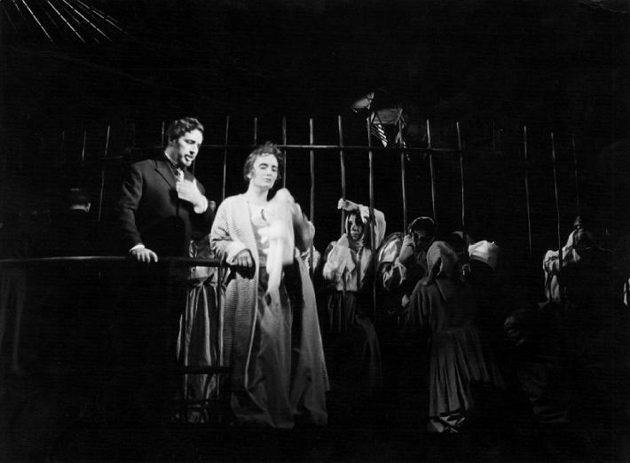 J. Cikker: Vzkriesenie. SND, 1962, Bohuš Hanák (Knieža Dimitrij Ivanovič Nechľudov), Anna Martvoňová (Katarína Maslovovová), foto: Jozef Vavro (archív DÚ)