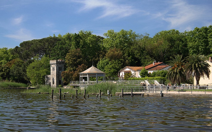 Jazero neďaleko Pucciniho vily, v ktorom chcela Elvira utopiť Doriu Manfredi.