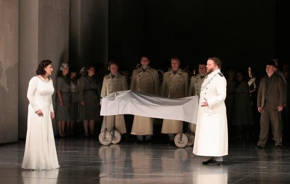 Richard Wagner: Lohengrin, Opera SND, 2013, Adriana Kohútková (Elsa), Jozef Benci (Heinrich), foto: Anton Sládek