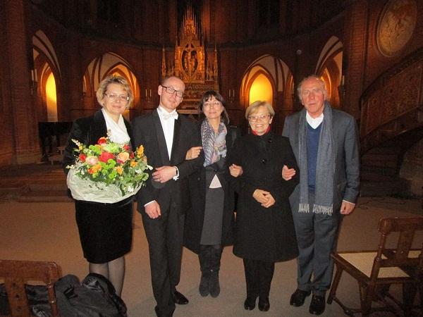 Slovenský filharmonický zbor v Berlíne, zľava: manažérka zboru M. Kušková, zbormajster J. Chabroň, riaditeľka Slovenského inštitútu v Berlíne V. Polakovičová