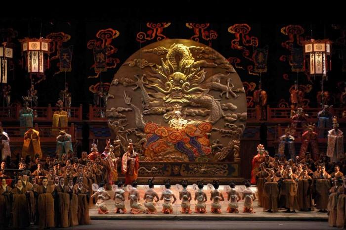 """Turandot - scéna ,,Perché tarda la Luna"""" v Pekingu."""