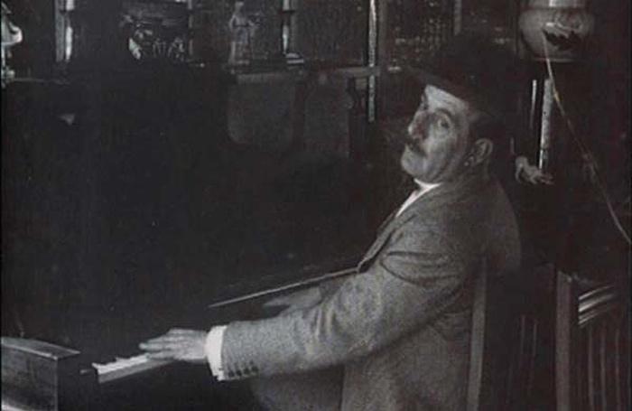 Záber z nemého filmu z roku 1915, v ktorom Giacomo Puccini hrá na klavíri dosiaľ nepublikovanú skladbu