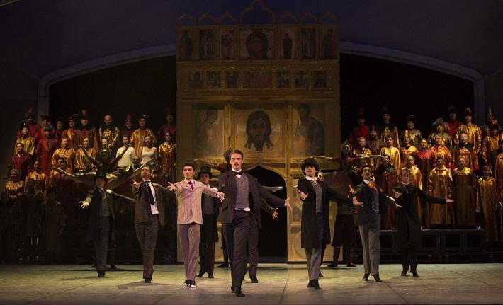C. Davis, D. de Andrade: Nižinskij - Boh tanca, Balet SND, 2015, Andrej Szabo (Ďagilev), zbor Opery SND, foto: Peter Brenkus