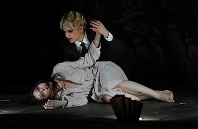 Gaetano Donizetti, Lucia di Lammermoor, Deutsche Oper am Rhein, Lisette Oropesa (Lucia) a Judita Nagyová (Alisa), foto: Deutsche Oper am Rhein