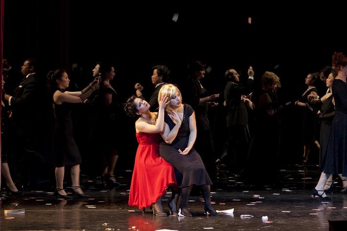 Giuseppe Verdi, La Traviata, Staatstheater Nürnberg, Judita Nagyová (Flora), Hrachui Bassenz (Violetta Valéry), foto: Staatstheater Nürnberg