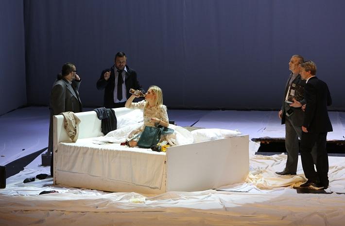 Leoš Janáček: Vec Makropulos, Opera SND, 2015, Ľ. Ludha (Albert Gregor), G. Beláček (Dr. Kolenatý), L. Ballová (Emilia Marty), J. Kundlák (Vítek), P. Remenár (Jaroslav Prus), foto: Jozef Barinka
