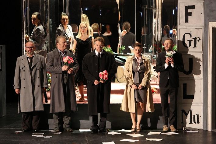Leoš Janáček: Vec Makropulos, Opera SND, 2015, J. Sapara-Fischerová (Komorná), L. Ballová (Emilia Marty), Ľ. Ludha (Albert Gregor), J. Kundlák (Vítek), P. Remenár (Jaroslav Prus), K. Flórová (Krista), O. Šaling (Janek), foto: Jozef Barinka