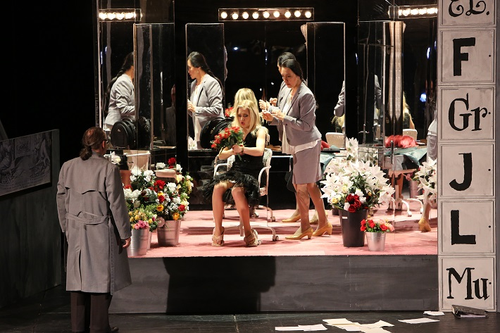 Leoš Janáček: Vec Makropulos, Opera SND, 2015, Ľ. Ludha (Albert Gregor), L. Ballová (Emilia Marty), J. Sapara-Fischerová (Komorná), foto: Jozef Barinka