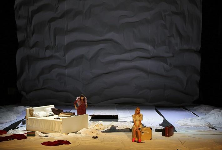 Leoš Janáček: Vec Makropulos, Opera SND, 2015, Katarína Flórová (Krista), Linda Ballová (Emilia Marty), foto: Jozef Barinka