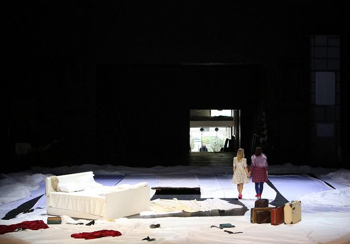 Leoš Janáček: Vec Makropulos, Opera SND, 2015, Linda Ballová (Emilia Marty), Katarína Flórová (Krista), foto: Jozef Barinka