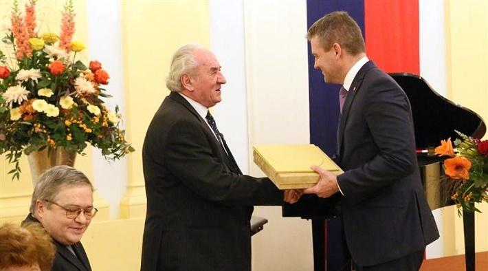 Ondrej Lenárd pri udeľovaní Ceny predsedu NR SR za výnimočný prínos v oblasti hudobného umenia, 2015, foto: internet