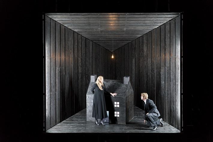 Richard Wagner: Bludný Holanďan, Theater an der Wien, 2015, I. Brimberg (Senta) a B. Richter (Georg), foto: Werner Kmetitsch