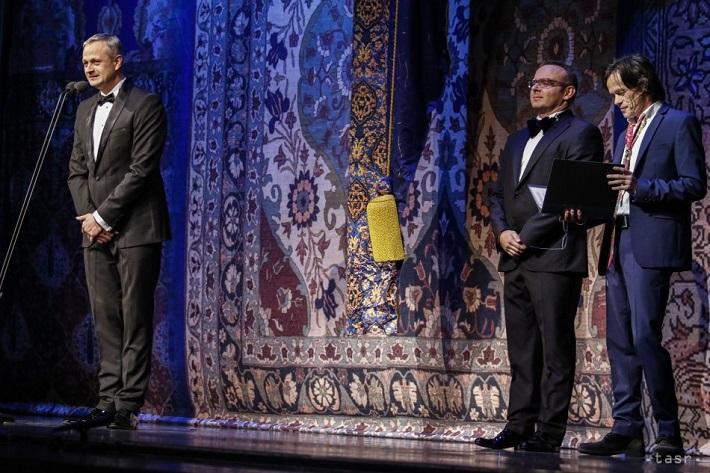Umenie pre život , 5. ročník baletného gala predstavenia v SND, 2015, zľava: J. Dolinský ml., riaditeľ Baletu SND, J. Dolinský, riaditeľ NOÚ, R. Roth, moderátor večera, foto: Andrej Galica/TASR
