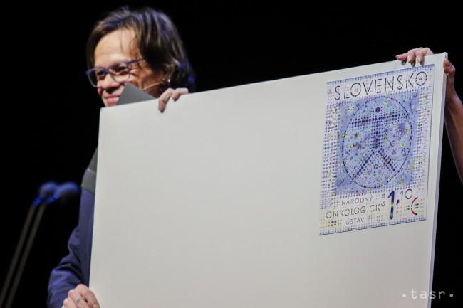 Moderátor večera a herec Robert Roth s novou poštovou známkou vydanou pri príležitosti výročia Národného onkologického ústavu. foto: Andrej Galica/TASR