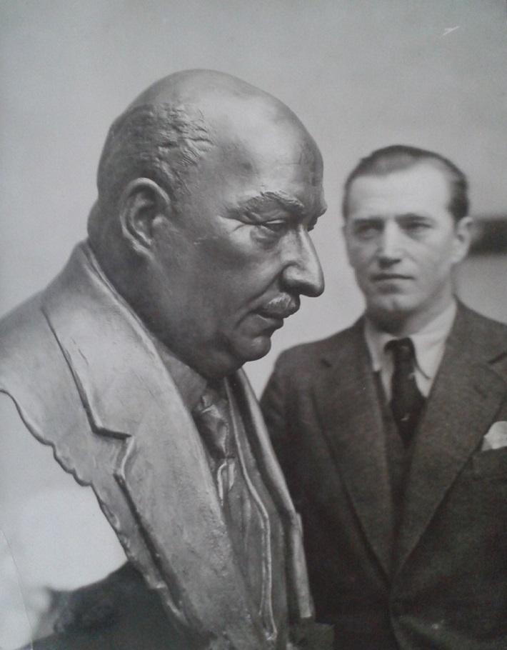Akademický sochár Jozef Pospíšil s bustou Oskara Nebala, 1934, foto: Archív DÚ