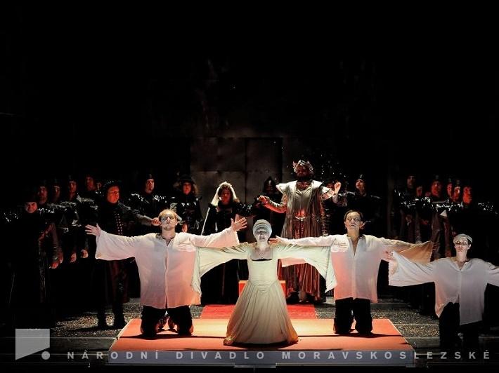 G. Donizetti: Anna Bolena, NDM Ostrava, 2013, zľava: Václav Morys (Sir Hervey), Jan Šťáva (Lord Rochefort), K. Jalovcová (Jana Seymourová), E. Korzhevych (Anna Boleynová), M. Gurbaľ (Jindřich VIII.), P. Do (Lord Richard Percy), V. Krejčí Housková (Smeton, páže) foto: Martin Popelář