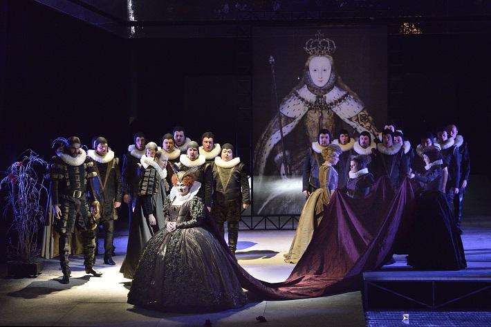 G. Donizetti: Roberto Devereux, NDM Ostrava, 2015, Jana Šrejma Kačírková (Alžbeta), foto: Martin Popelář