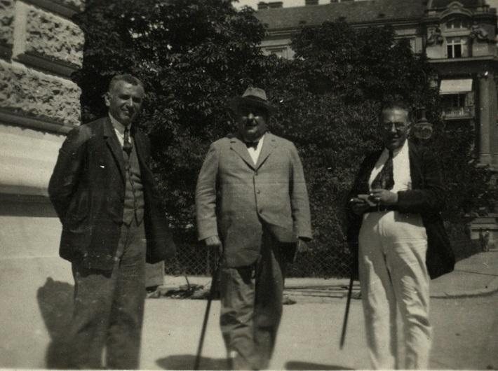 Václav Jiřikovský, Oskar Nedbal a Emanuel K. Rosol (administratívny riaditeľ), pred budovou SND, foto: Archív DÚ