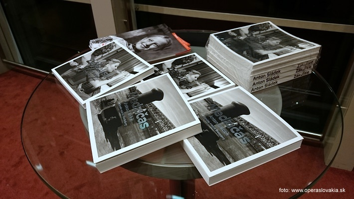"""Vernisáž výstavy fotografií Antona Sládeka, ,,Zákulisie – Skrytý svet Opery a Baletu SND"""", 2015, Knižné publikácie Antona Sládeka, foto: Ľudovít Vongrej"""