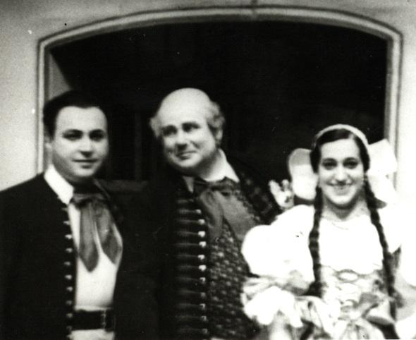 B. Smetana: Predaná nevesta, Opera SND, 1928, Dr. Janko Blaho (Jeník), Zdenko Ruth-Markov (Kecal), Helena Bartošová (Mařenka), foto: Archív DÚ