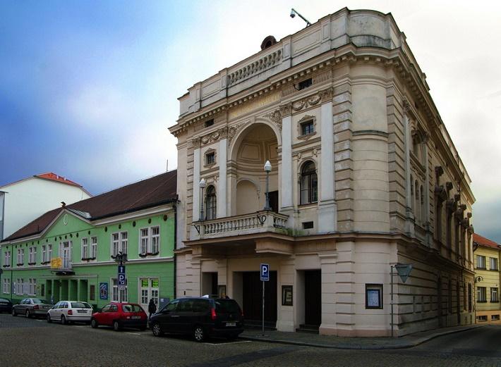 Divadlo Oskara Nedbala v českom meste Tábor (oproti skladateľovmu rodnému domu na Palackého ulici)