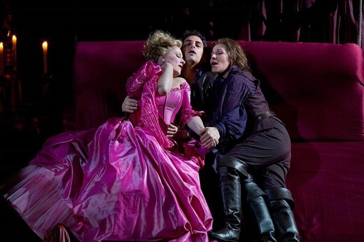 G. Rossini: Le Count Ory, Metropolitná opera New York, 2011, Diana Damrau (Adèle), Juan Diego Flórez, (Ory), Joyce DiDonato (Isolier), foto: Marty Sohl/Met