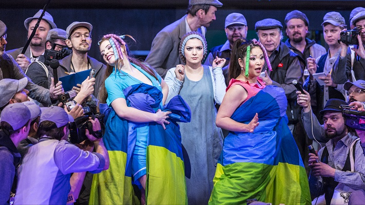 G. Rossini: Popoluška, Národné divadlo Praha, 2016, Dorothea Spilger (Tisbe), Lena Belkina (Angelina) a Yukiko Šrejmová Kinjo (Clorinda), foto: Patrik Borecký
