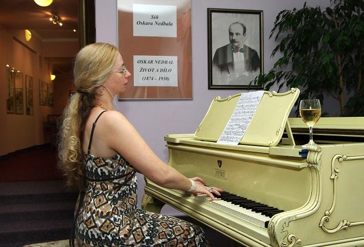 Ludmila Peřinová v letnej Sieni Oskara Nedbala v divadle v českom meste Tábor