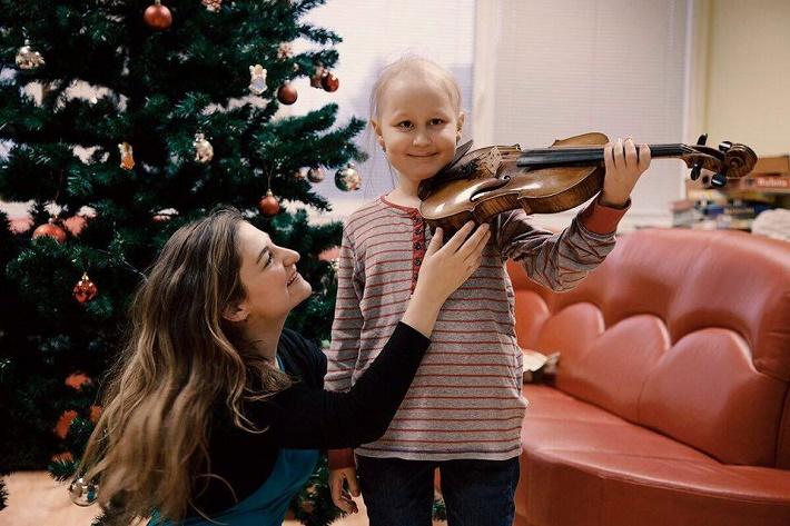Majstrovské kurzy svetových virtuózov v Bratislave, 2015, Alexandra Soumm na návšteve Detskej onkológie, foto: Ján Lukáš