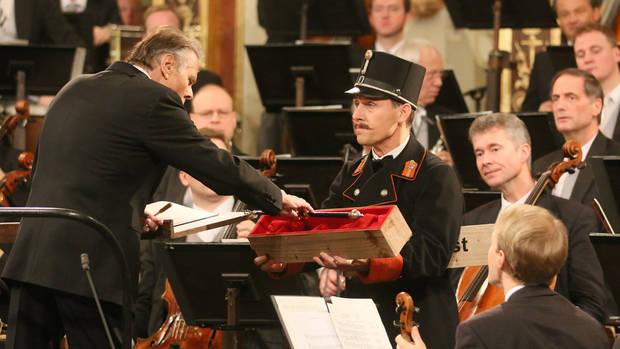 Novoročný koncert Viedenských filharmonikov 2016, dirigent Mariss Jansons preberá taktovku Johanna Straussa, foto: AP/Ronald