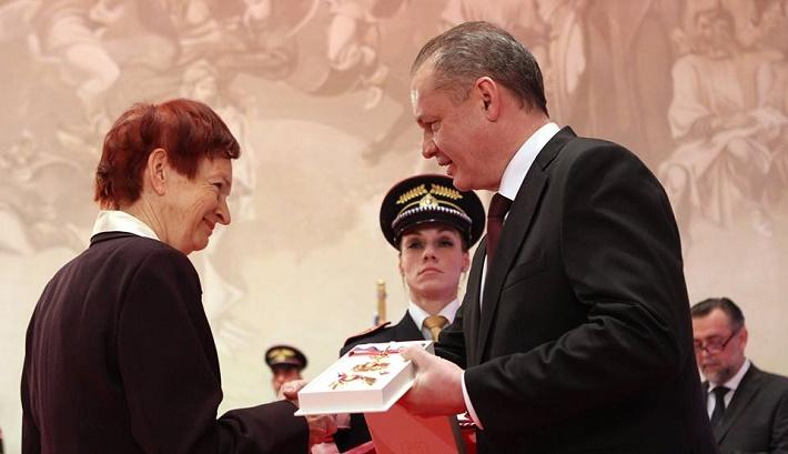 Soňa Szomolányi, (politologička a sociologička) pri preberaní štátneho vyznamenania z rúk prezidenta SR Andreja Kisku