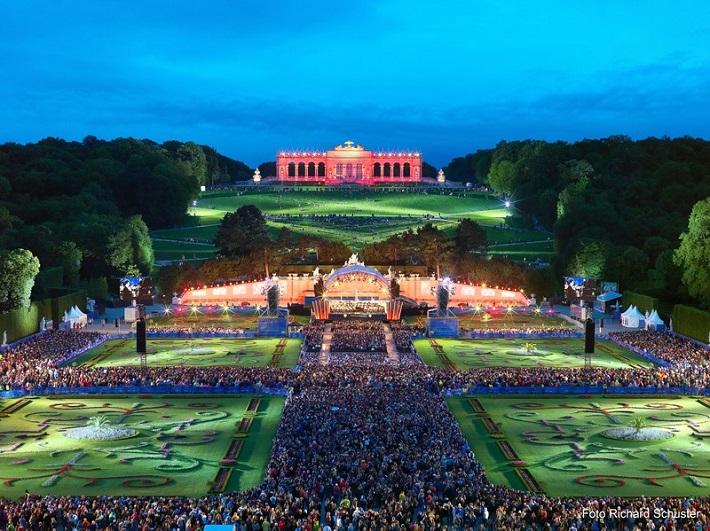 Tohtoročný letný koncert Viedenských filharmonikov sa uskutoční 26. mája 2016 pred Neptúnovou fontánou v záhradách Schonbrunnského paláca vo Viedni. Diriguje Semjon Byčkov
