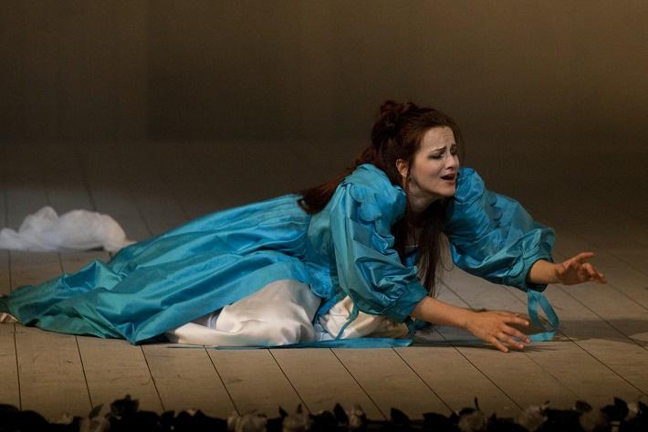 V. Bellini: Puritáni, Opera SND, 2010, Andrea Vizvári (Elvira), foto: Ctibor Bachratý