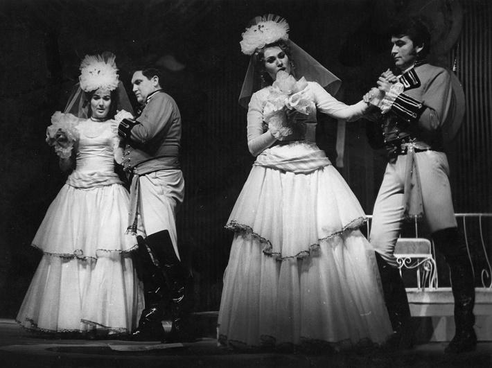 W. A. Mozart: Così fan tutte, Opera SND, 1971, R. Štúrová (Dorabella), F. Livora (Ferrando), M. Hájossyová (Fiordiligi), R. Szücs (Gugliemo), foto: Jozef Vavro/Archív SND