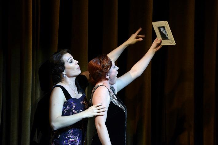 W. A. Mozart: Così fan tutte, Opera SND, 2016, Monika Fabianová (Dorabella), Jana Šrejma Kačírková (Fiordiligi), foto: Pavol Breiner