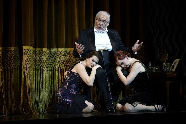W. A. Mozart: Così fan tutte, Opera SND, 2016, M. Fabianová (Dorabella), P. Mikuláš (Don Alfonso), J. Šrejma Kačírková (Fiordiligi), foto: Pavol Breiner