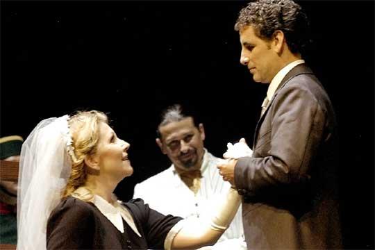 G. Rossini: Barbier zo Sevilly, ROF Pesaro 2005, J. DiDonato (Rosina), D. Jenis (Figaro), J. Diego Flórez (Almaviva), foto: Amati Bacciardi