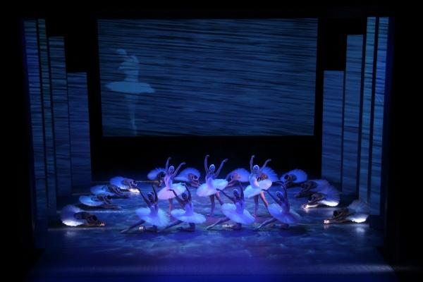 P. I. Čajkovskij: Labutie jazero, Balet ŠD Košice, v choreografii Marileny a Andreja Halászovcov, 2005, foto: ŠDKE