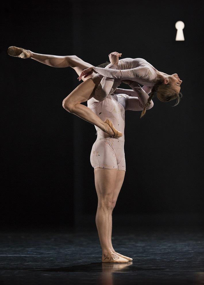 P. Breiner, N. Horečná: Slovenské tance - Životy svetiel, Balet SND, 2016, Damian Šimko, Romina Kolodziej (Duše), foto: Peter Brenkus