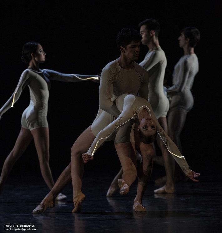 P. Breiner, N. Horečná: Slovenské tance - Životy svetiel, Balet SND, 2016, Jonatan Lujan, Viola Mariner (Duše), foto: Peter Brenkus