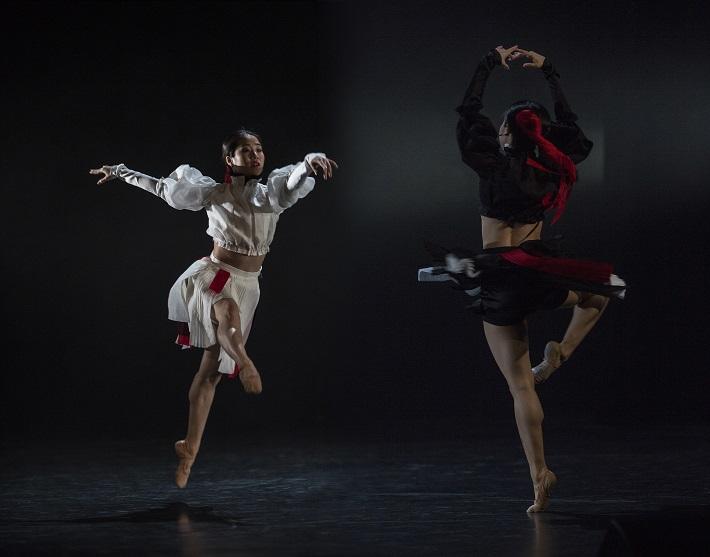P. Breiner, N. Horečná: Slovenské tance - Životy svetiel, Balet SND, 2016, Sumire Shojima, Sakura Shojima (Jin-Jang), foto: Peter Brenkus