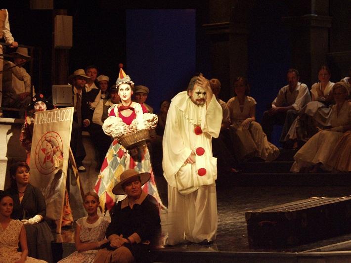 R. Leoncavallo: Komedianti, Opera SND, 2006, Tomáš Juhás (Peppe), Riikka Hakola (Nedda), Sergej Larin (Canio), foto: Alena Klenková