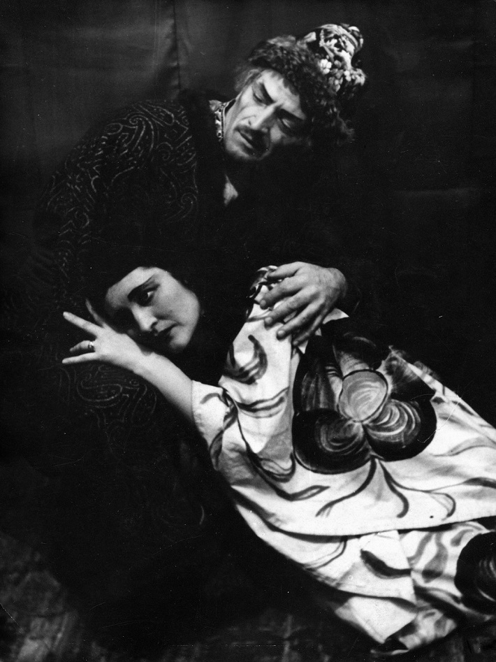 G. Puccini: Turandot, opera SND, 1942, Boris Jevtušenko (Timur), Zita Frešová-Hudcová (Liu), foto: Anton Illenberger (Archív SND)