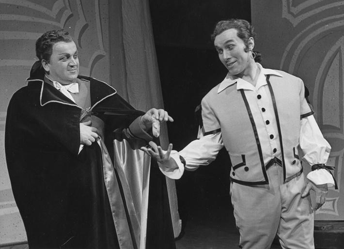 G. Rossini: Barbier zo Sevilly, Opera SND, 1960, Alexander Baránek (Gróf Almaviva), Juraj Wiedermann (Figaro), foto: Gejza Podhorský, Archív SND