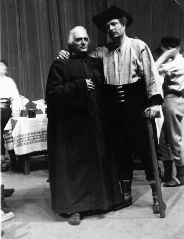 L. Holoubek: Túžba, opera SND, 1944, Boris Jevtušenko (Veľkňaz), Harry Kluska (Drevorubač), foto: Anton Illenberger (Archív SND)