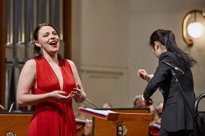 Tuuli Takala (soprán), Elim Chan (dirigentka), foto: Roderik Kučavík