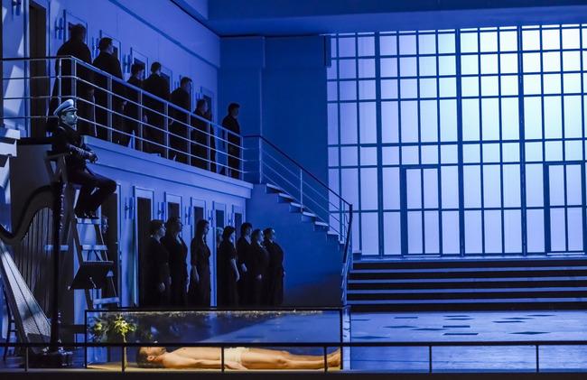 B. Martinů: Epos o Gilgamešovi, ND Brno, 2016, Martin Šalanda (Tanečník Gilgameš), zbor opery ND Brno, foto: Marek Olbrzymek